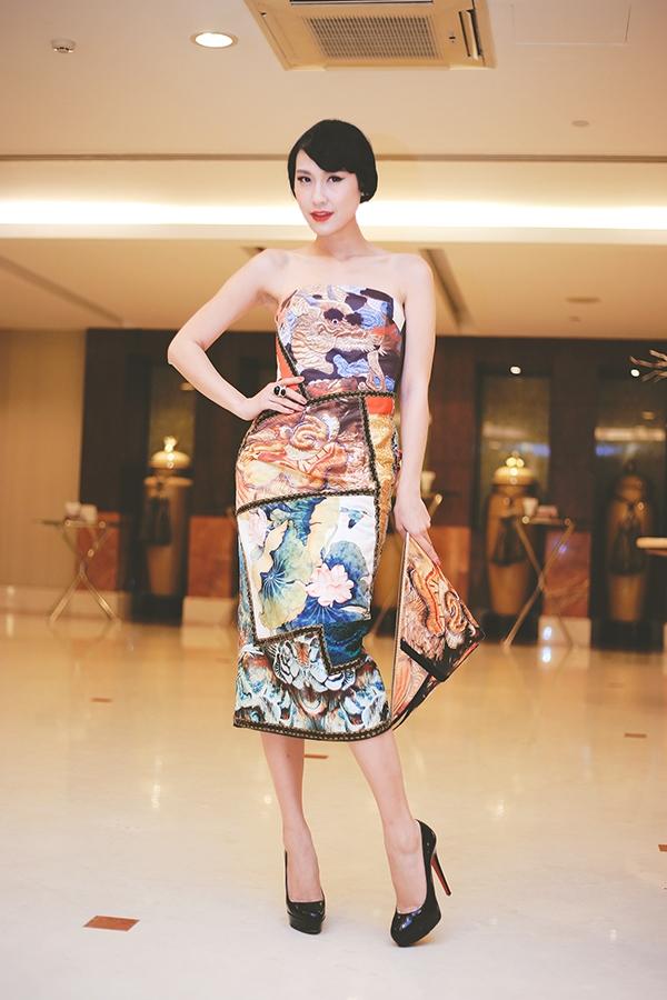 Xuất hiện tại sự kiện này, Kathy Uyên diện chiếc đầm cúp ngực gợi cảm với những họa tiết, màu sắc mang đậm hơi thở văn hóa truyền thống Việt Nam. - Tin sao Viet - Tin tuc sao Viet - Scandal sao Viet - Tin tuc cua Sao - Tin cua Sao