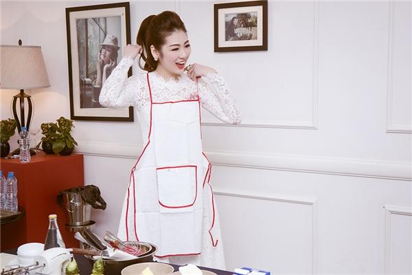 Khi đeo tạp dề làm bếp, trông Tú Anh lại vô cùng đáng yêu, thu hút. - Tin sao Viet - Tin tuc sao Viet - Scandal sao Viet - Tin tuc cua Sao - Tin cua Sao