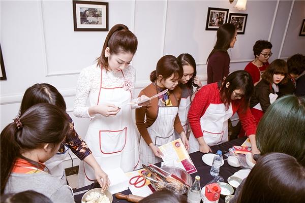 """Á hậu Tú Anh """"nhắng nhít"""" học làm bánh cùng fan - Tin sao Viet - Tin tuc sao Viet - Scandal sao Viet - Tin tuc cua Sao - Tin cua Sao"""