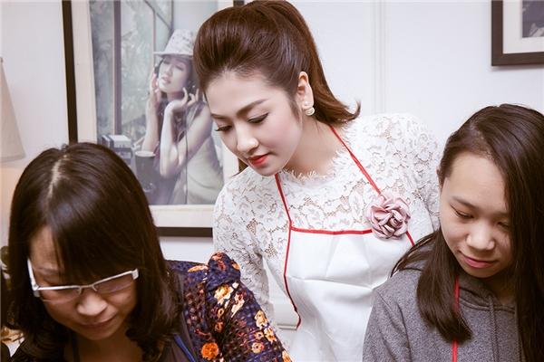 Trong buổi giao lưu, chia sẻ và học làm bánh á hậu Tú Anh được rất nhiều bạn trẻ, các bà nội trợ yêu thích với sự thân thiện, thoải mái và vô cùng tự nhiên giữa mọi người. - Tin sao Viet - Tin tuc sao Viet - Scandal sao Viet - Tin tuc cua Sao - Tin cua Sao