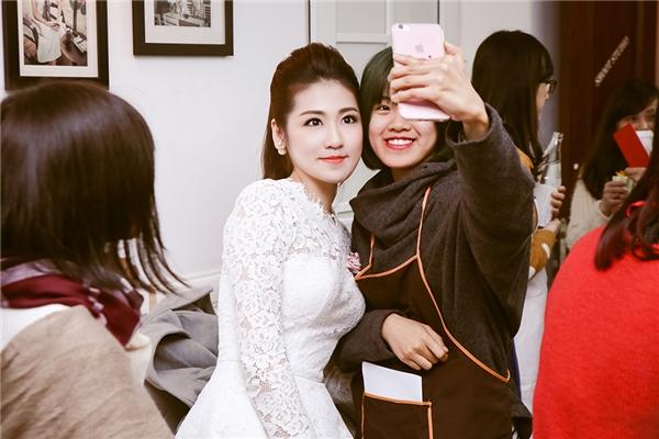 Nhiều fan, các bạn trẻ chụp ảnh lưu niệm cùng Tú Anh sau khi buổi học kết thúc. - Tin sao Viet - Tin tuc sao Viet - Scandal sao Viet - Tin tuc cua Sao - Tin cua Sao