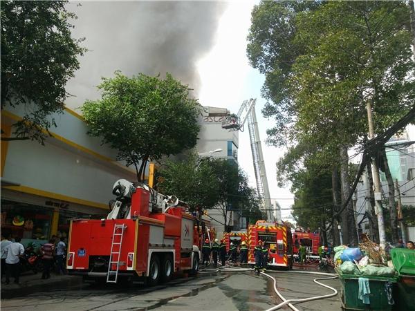 Người dân hoảng loạn kể lại phút kinh hoàng khi vụ cháy gara xe xảy ra