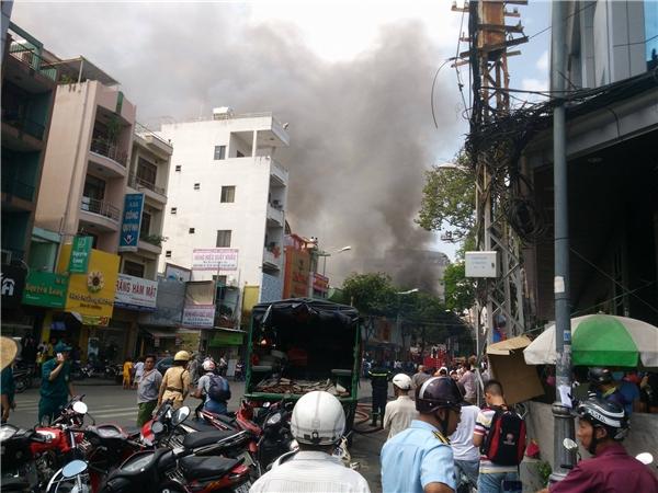 Hơn 300 người tham gia chữa cháy. Ảnh: NT