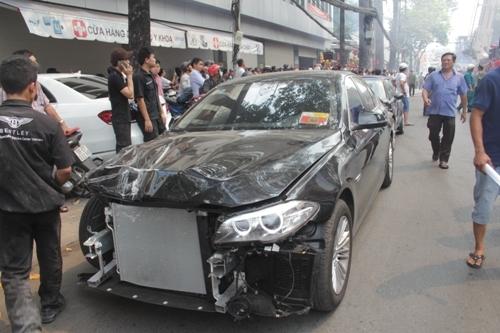Một chiếc siêu xe may mắn được đem ra ngoài nhưng cũng bị hư hại. Ảnh: NT