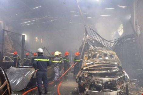 Hàng loạt siêu xe bị cháy trơ khung. Ảnh: NT
