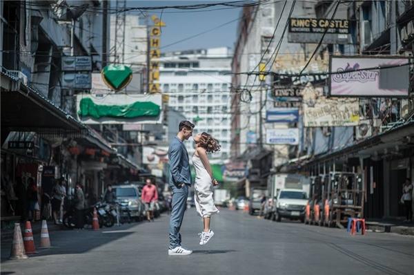 """Bộ ảnh cưới """"Size doesn't matter"""" khiến cư dân mạng Việt thích thú.(Ảnh: SanitNitigultanon)"""