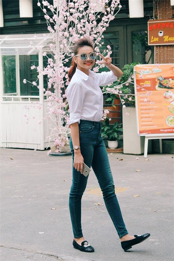 Bộ trang phục đơn giản kết hợp áo sơ mi trắng và quần jeans của Thanh Hằng trở nên thu hút và bắt mắt hơn nhờ những phụ kiện đi kèm như: mắt kính, giày đính hạt. Trong những ngày cuối năm, Thanh Hằng tranh thủ tham gia các hoạt động thiện nguyện vì cộng đồng như một sự sẻ chia ngọt ngào trong những ngày Tết đến Xuân về.