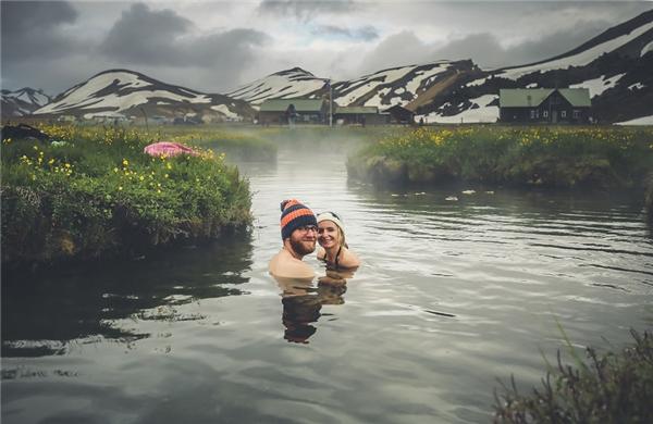 Tắm suối nước nóng.