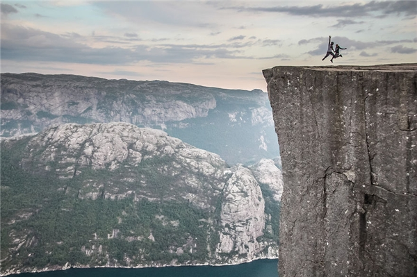 Leo lên tảng đá khổng lồ ở Na Uy.