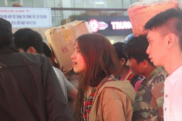 Hành khách bật khóc nức nở tại ga Sài Gòn vì không được lên tàu. Ảnh: TTO