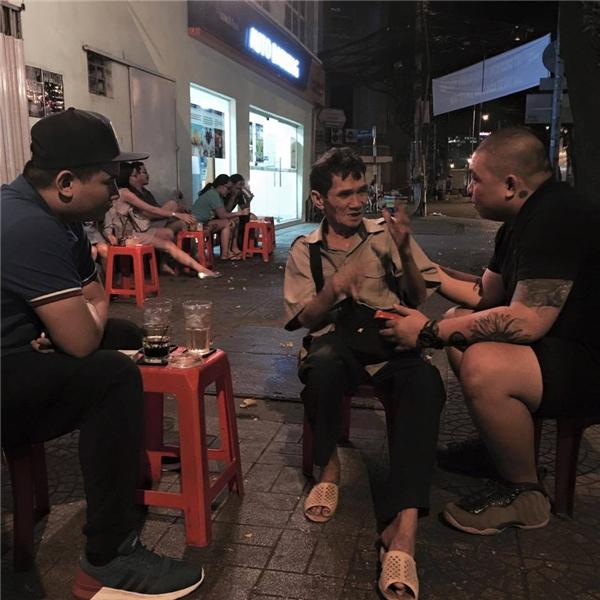 Ảnh chụp người đàn ông bán vé số trước quán cà phê của anh Huỳnh Kế Minh Tân.(Ảnh:FB)