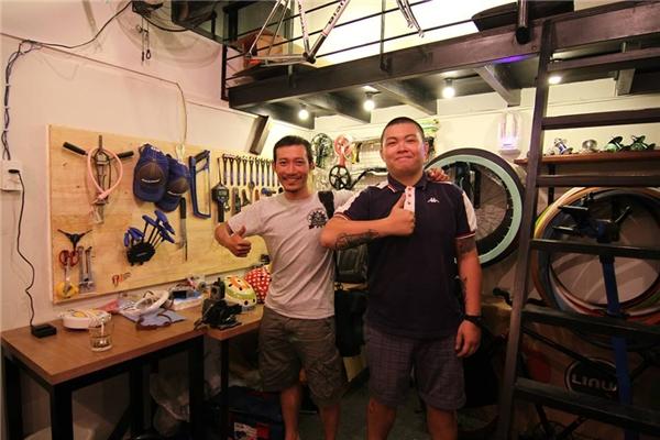 Anh Huỳnh Kế Minh Tân (phải)hiện đang là chủ của một quán cà phê trên đường Pasteur.(Ảnh: FBNV)