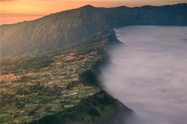 Ánh sáng ban mai trên Cemoro Lawang, Indonesia. Ảnh được Silentino Natti ghi lại.(Ảnh: Internet)