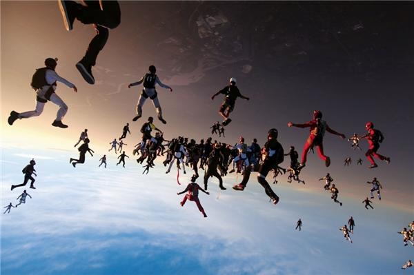 Brian Buckland đã có thể ghi lại khoảng khắc khó tin này,138 người nhảy dù. (Ảnh: Internet)