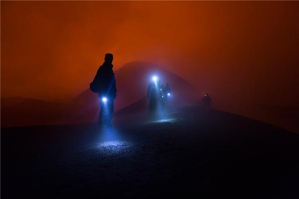 Khách du lịch trở về từ núi lửacòn hoạt động ở Tolbachik ở Kamchatka, Nga. Nhiếp ảnhDmitry Bud'kov đã ghi lại được khoảnh khắc này.Ảnh được chụp trong đêm. (Ảnh: Rex / Fotodom.ru)