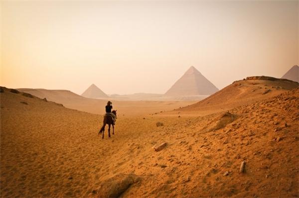 Hình ảnh Kim Tự Tháp mờ ảo trong sa mạc. (Ảnh: Edward Ewert)