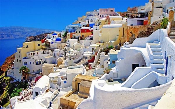 Thành phố Santorini nhiều màu sắc cheo leo ven biển. (Ảnh: Paowmagazine)