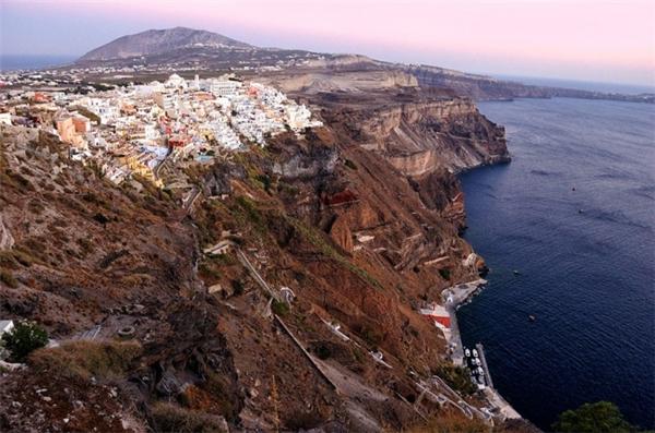 Nhưng Santorini thật cô độc và bé nhỏ bên bờ Địa Trung Hải. (Ảnh: Csilla Zelko)
