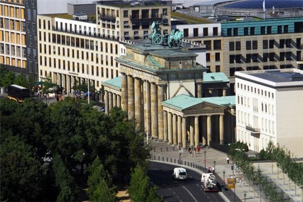 Cổng Brandenburg từ xa. (Ảnh: Imgur)