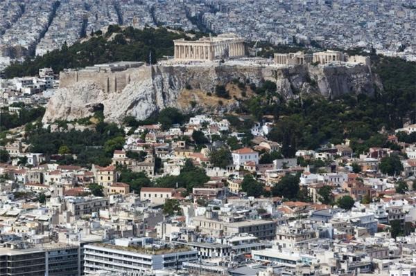 Thành cổ Acropolis nổi bật giữa Athens. (Ảnh: Imgur)