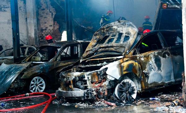10 chiếc xe sang bị cháy nặng nề.
