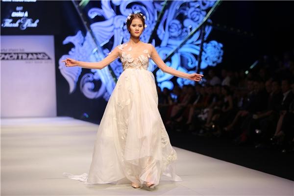 Hương Ly giữ vai trò vedette cho bộ sưu tập này với mẫu váy bồng xòe có tông trắng tinh khôi, thuần khiết.
