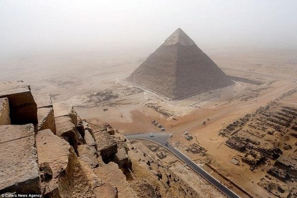 Thanh niên 18 tuổi liều mạng trèo lên Kim tự tháp để... tự sướng!