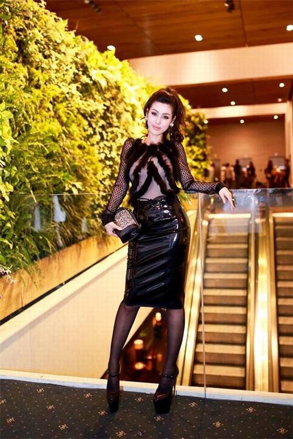 Ngoài vòng 1, cô nàng còn sở hữu một vóc dáng nóng bỏng và thường xuyên tôn vinh chúng trong các thiết kế ôm sát - Tin sao Viet - Tin tuc sao Viet - Scandal sao Viet - Tin tuc cua Sao - Tin cua Sao