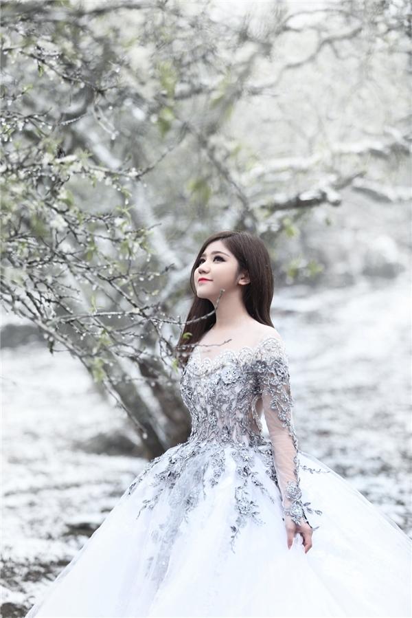 Cận cảnh gương mặt thu hút, ngọt ngào của Tú Linh trong không gian tuyết phủ trắng xóa.