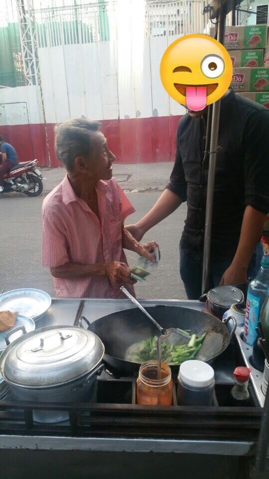Nói là làm, Ngọc Trinh đã giúp đỡ ông cụ 80 tuổi bán hủ tiếu - Tin sao Viet - Tin tuc sao Viet - Scandal sao Viet - Tin tuc cua Sao - Tin cua Sao