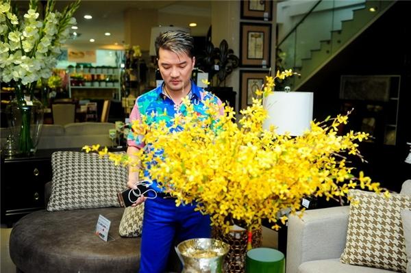 """Không những thế, """"ông hoàng nhạc Việt"""" còntự tay cắm thử một bình hoa vànhìn ngắm trước khi quyết định mua. - Tin sao Viet - Tin tuc sao Viet - Scandal sao Viet - Tin tuc cua Sao - Tin cua Sao"""