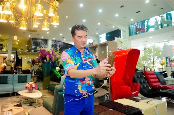 """Kết thúc buổi mua sắm, """"ông hoàng nhạc Việt"""" còn tự nhiên chụp ảnh selfie trong không gian đẹp và sang trọng của cửa hàng. - Tin sao Viet - Tin tuc sao Viet - Scandal sao Viet - Tin tuc cua Sao - Tin cua Sao"""