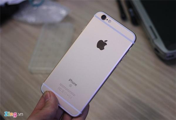 Bề ngoài của máy giống với chiếc iPhone 6S thật. Trước đây, một số mẫu điện thoại Trung Quốc nhái mẫu mã của iPhone 6S nhưng phần mềm vẫn dựa trên nền tảng Android chứ không thuần iOS.