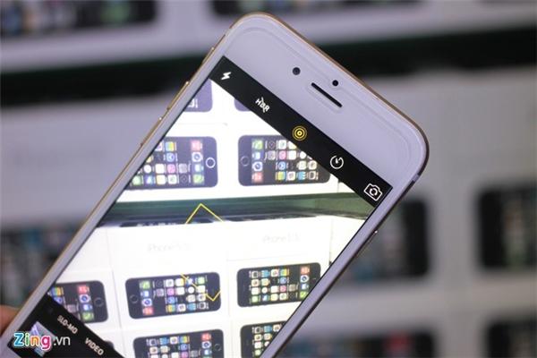 Chiếc iPhone này cũng có cả tính năng Live Photo. Tuy nhiên nếu dùng camera trước thì máy thật sẽ lóe sáng màn hình còn chiếc iPhone này không có.