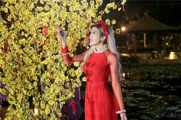 Đây cũng là lần đầu tiên cô mặc áo dài truyền thống trong một MV ca nhạc. - Tin sao Viet - Tin tuc sao Viet - Scandal sao Viet - Tin tuc cua Sao - Tin cua Sao