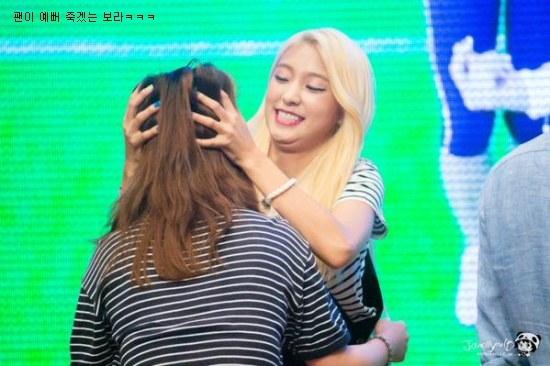 """Bora (Sistar) đang cố """"ám sát"""" fan của mình vì """"tội"""" quá xinh đẹp."""
