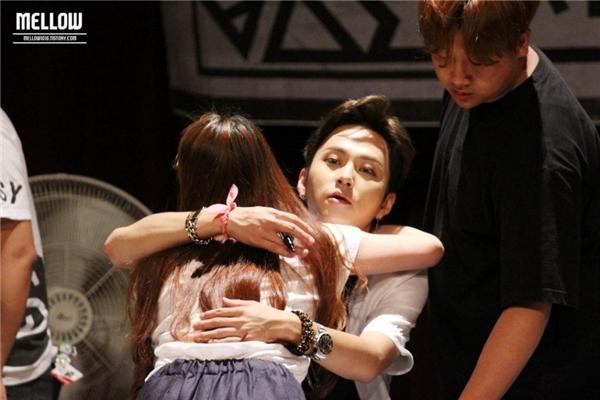 Bề ngoài là một rapper lạnh lùng nhưng Junhyung (Beast) luôn dành cho các fan những cái ôm thắm thiết tạibuổi kí tặng hay họp fan.
