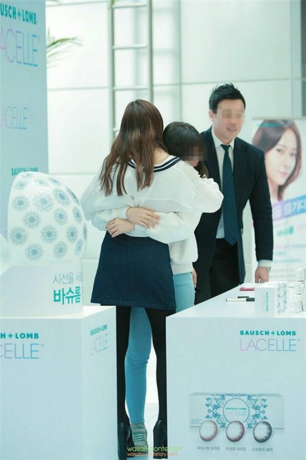 Quá hạnh phúc vì được gặp thần tượng, một bạn fan đã bất khóc khiến Krystal (f(x)) vô cùng bất ngờ và đến ôm an ủi.