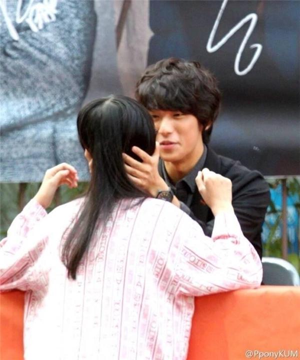 Trông Gongchan (B1A4) như sắp tỏ tỉnh với bạn gái mình vậy!