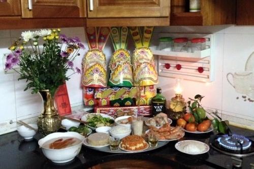 Ông Táo phải được cúng dưới bếp, còn ông Công được cúng trên bàn thờ chính trên nhà cùng với gia tiên mới đúng.