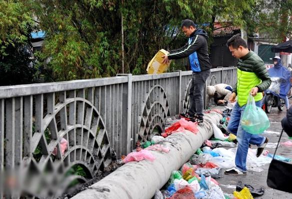 Túi nylon vương vãi khắp nơi sau khi phóng sinh cá chép. (Ảnh: Internet)