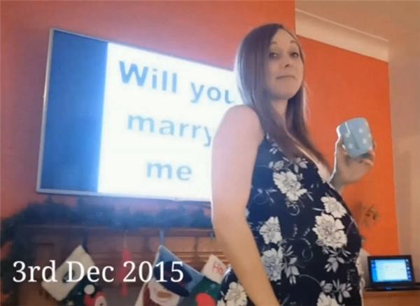 Nhưng cuối cùng, vào đêm Giáng sinh, anh cầu hôn cô.(Ảnh: Bored Panda)