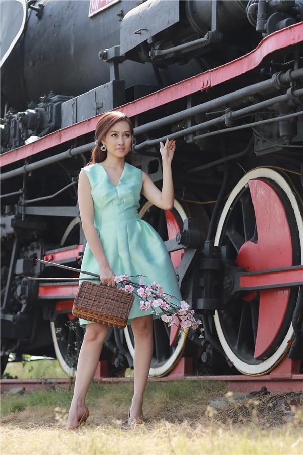 Chiếc váy xanh ngọc với phần xếp li tinh tế ở vùng eo chính là sự lựa chọn tuyệt vờicho những cô nàng thanh lịch yêu thích sự đơn giản.