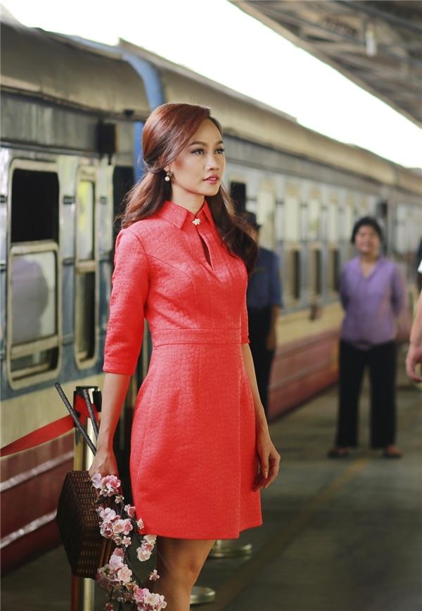 Nhà thiết kế Lê Thanh Hòa vô cùng khéo léo khi lựa chọn gam màu đỏ nổi bật cho bộ sưu tập mới. Người đẹp sinh năm 1991 diện chiếc đầm ôm tay lửngthanh lịch với đường cắt may đơn giản.