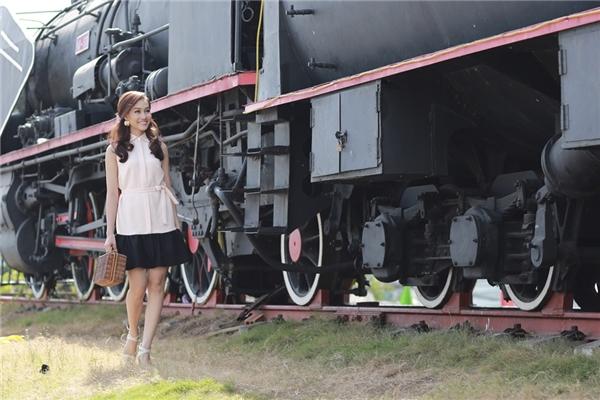 Dáng đầm suông với phần bèo phía chân váy dễ dàng ứng dụng trong những ngày dạo phố Tết. Thiết kế tối giản được phối hợp giữa hai màu hồng đen tạo điểm mới mẻ.
