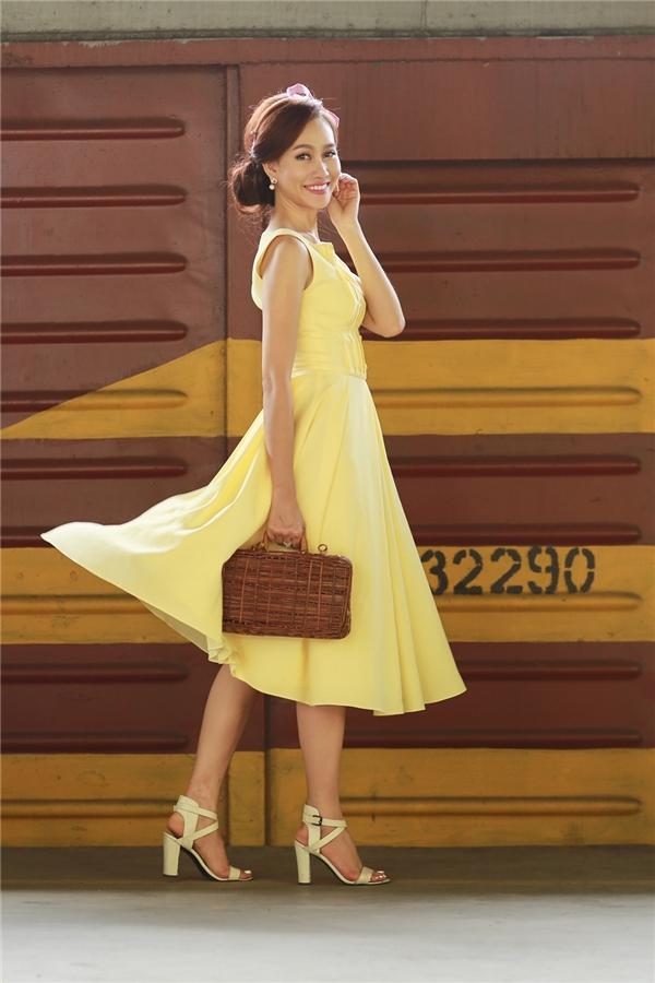 Sở hữu nhan sắc nhẹ nhàng, thanh lịch á hậu Kim Duyên rất thông minh khi chọn cho mình những bộ cánh với phom dáng cổ điển cùng màu sắc tối giản góp phần tôn nên vóc dáng mảnh mai.