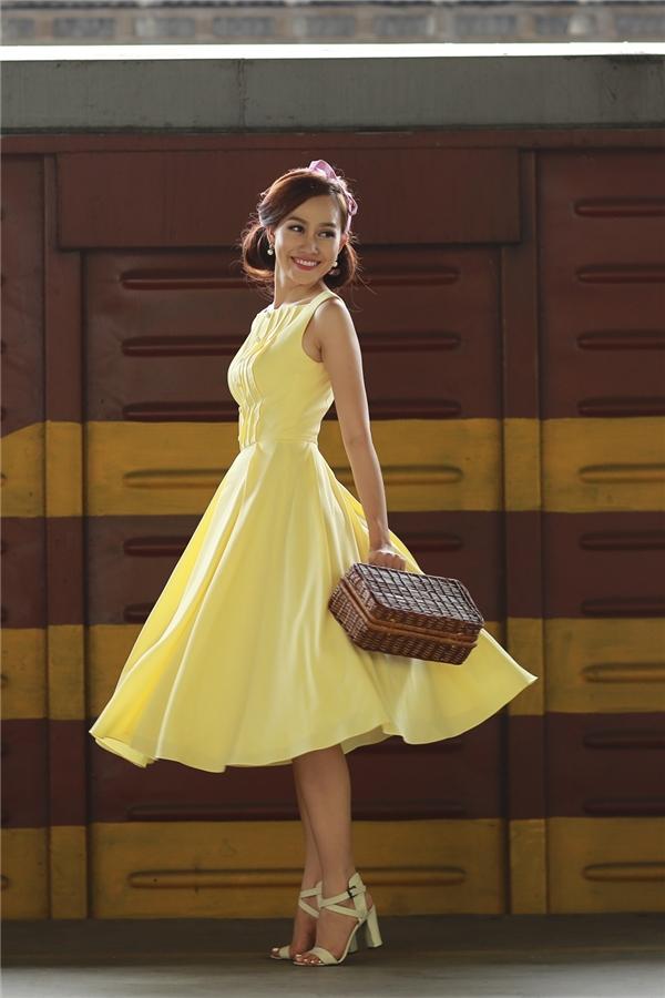 Bộ ảnh được sự hỗ trợcủa nhà thiết kế của Lê Thanh Hòa, chuyên gia trang điểm: Lâm Miu Miu, stylist Tee Phan.