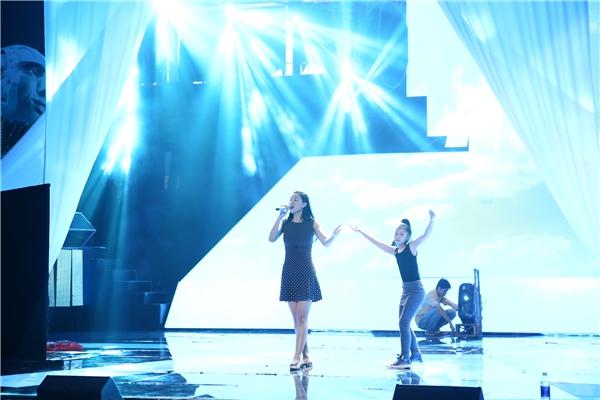 Maya mang lên sân khấu một vũ công nhí rất đáng yêu đóng vai con gái. - Tin sao Viet - Tin tuc sao Viet - Scandal sao Viet - Tin tuc cua Sao - Tin cua Sao