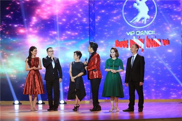 Khán giả được dịp chứng kiến cảnh cả bốn người giành giật thí sinh về đội của mình. - Tin sao Viet - Tin tuc sao Viet - Scandal sao Viet - Tin tuc cua Sao - Tin cua Sao