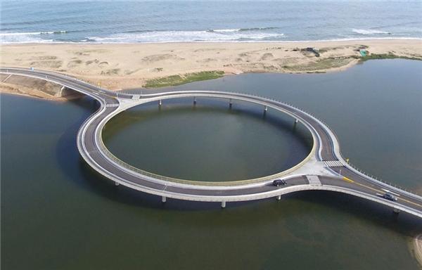 Cây cầu độc lạ bậc nhất thế giới ở Uruguay.(Ảnh: Bored Panda)